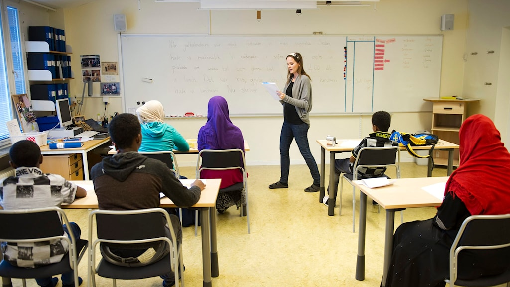 Nyanlända flyktingbarn undervisas på interkulturella enheten i Katrineholm av läraren Linda Lindholm. Foto: Fredrik Sandberg/TT
