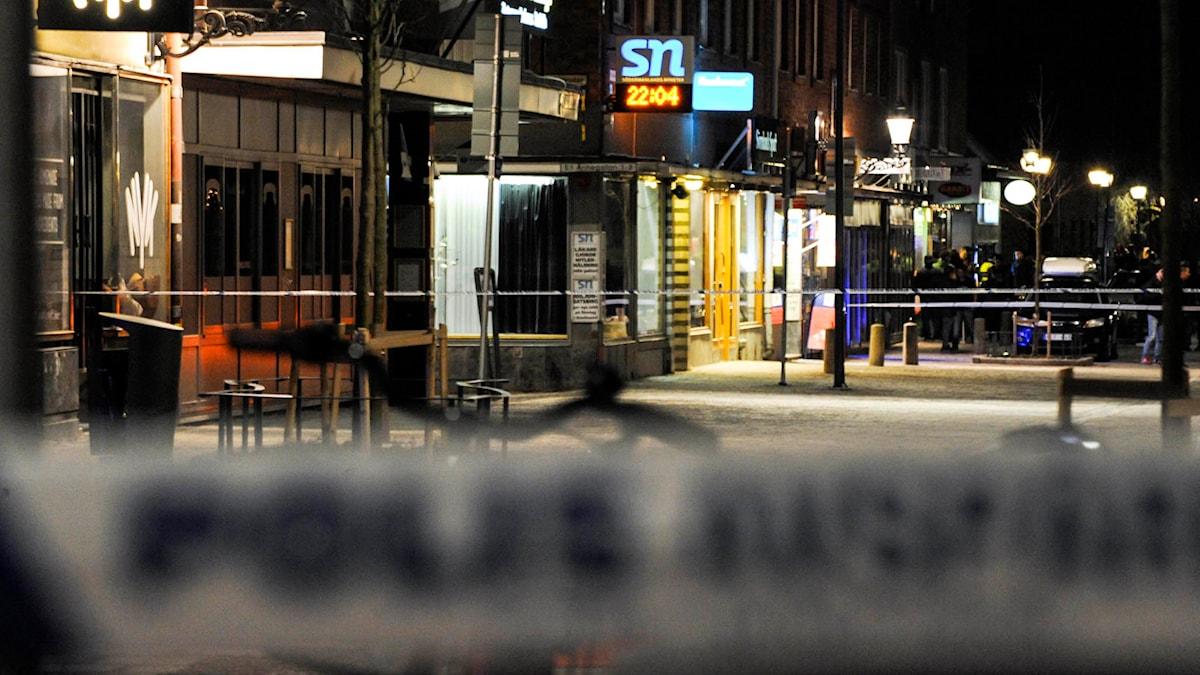 Avspärrningar utanför Södermanlands nyheters redaktion i Nyköping. Foto: Pontus Stenberg / TT