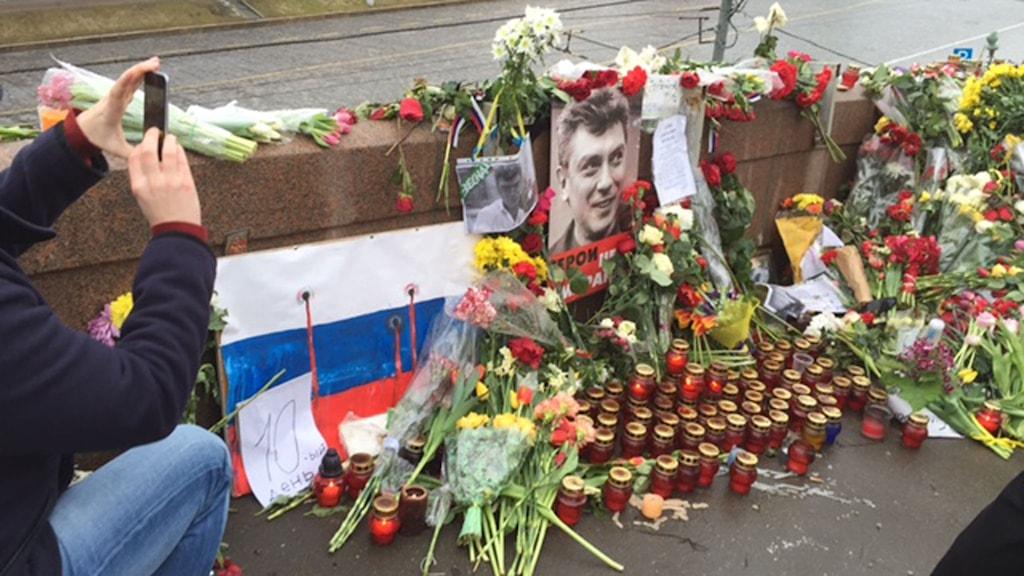 Platsen där Boris Nemtsov sköts till döds är täckt av blommor. Foto: Maria Persson Löfgren/Sveriges Radio.