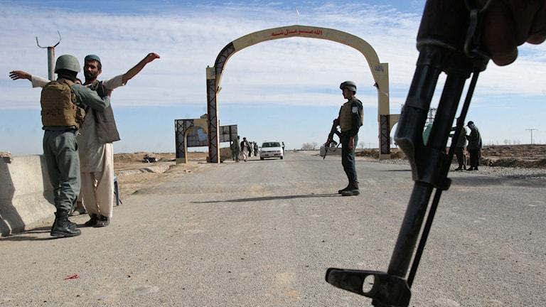 Militär säkerhetskontroll i Helmandprovinsen söder om Kabul. Foto: Abdul Khaliq/AP.