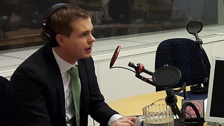 Gustav Fridolin, språkrör för Miljöpartiet i P1-morgons studio.