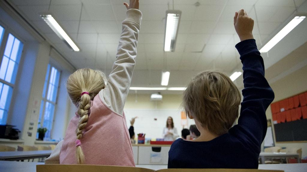 elever räcker upp handen