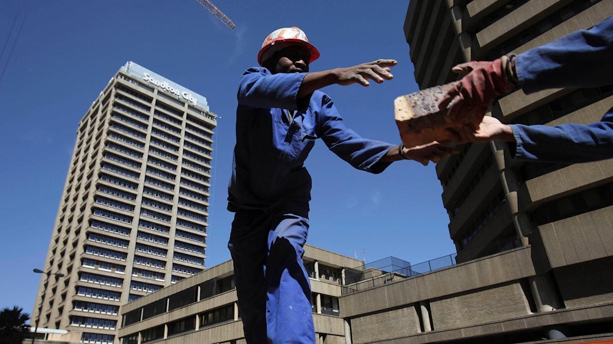 Byggarbetare i Johannesburg. Foto: Karel Prinsloo/AP.