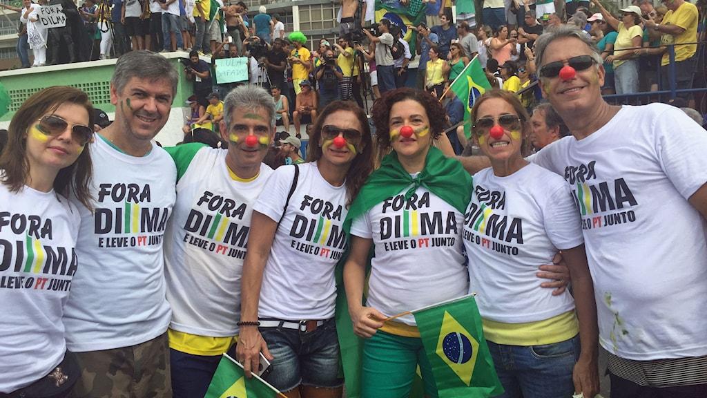 Claudia Leticia (i mitten) protesterar på Copacabana i Rio. Hon kräver president Dilma Rouseffs avgång. Foto: Lotten Collin