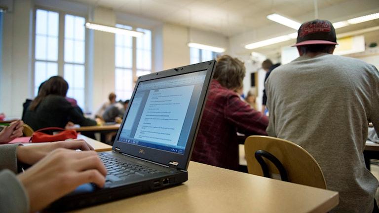 Högstadieelev använder sin bärbara dator. Foto: Jessica Gow/TT.
