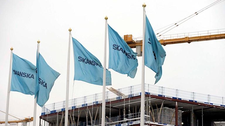 Skanska flaggor vid ett av företagets byggen.