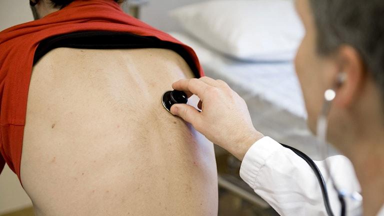 En läkare undersöker en patient gnom att lyssna med ett stetoskop. Foto: Bertil Ericson/TT.