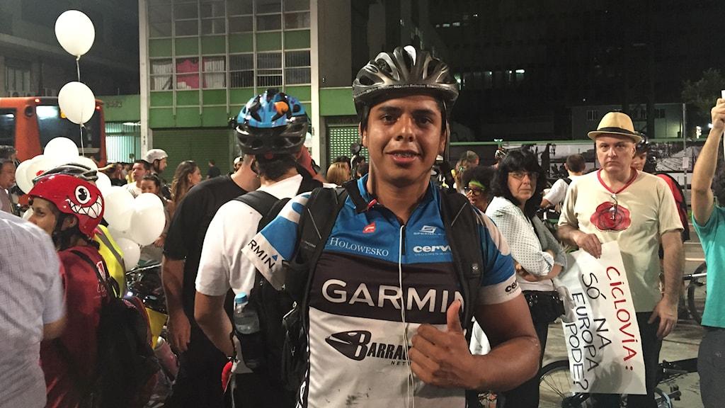 David Santos de Sousa fick sin arm amputerad efter en cykelolycka för två år sedan. Han hoppas att cykelbanorna kan göra trafiken säkrare för cyklister. Foto: Lotten Collin/Sveriges Radio.