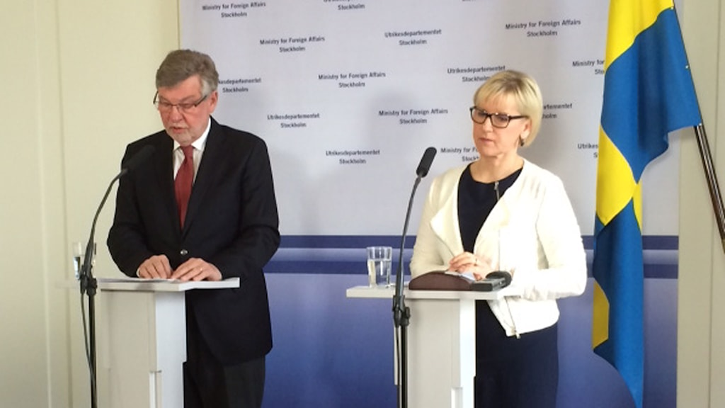Regeringens sändebud Björn von Sydow och utrikesminister Margo Wallström under en pressträff på UD under lördagförmiddagen. Foto: Lova Olsson/Sveriges Radio.
