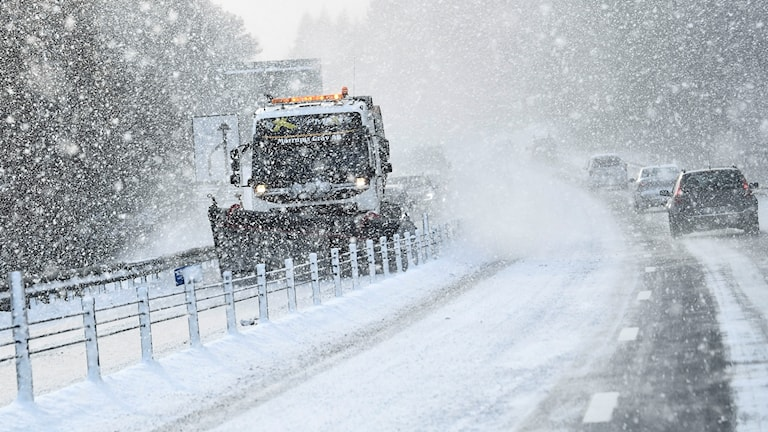 Snön fortsätter ställa till problem på vägarna.