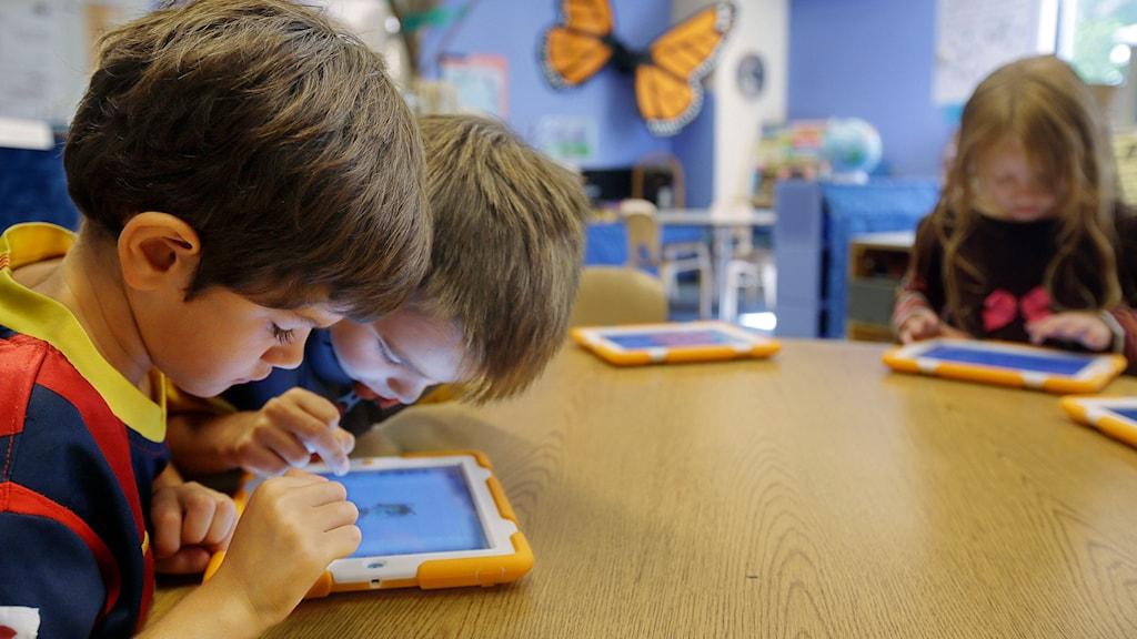 Barn med läsplattor. Foto: Stephan Savoia/TT