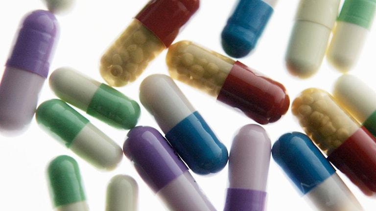 Piller i olika färger. Läkemedlet på bilden är inte samma som i studien som artikeln handlar om.