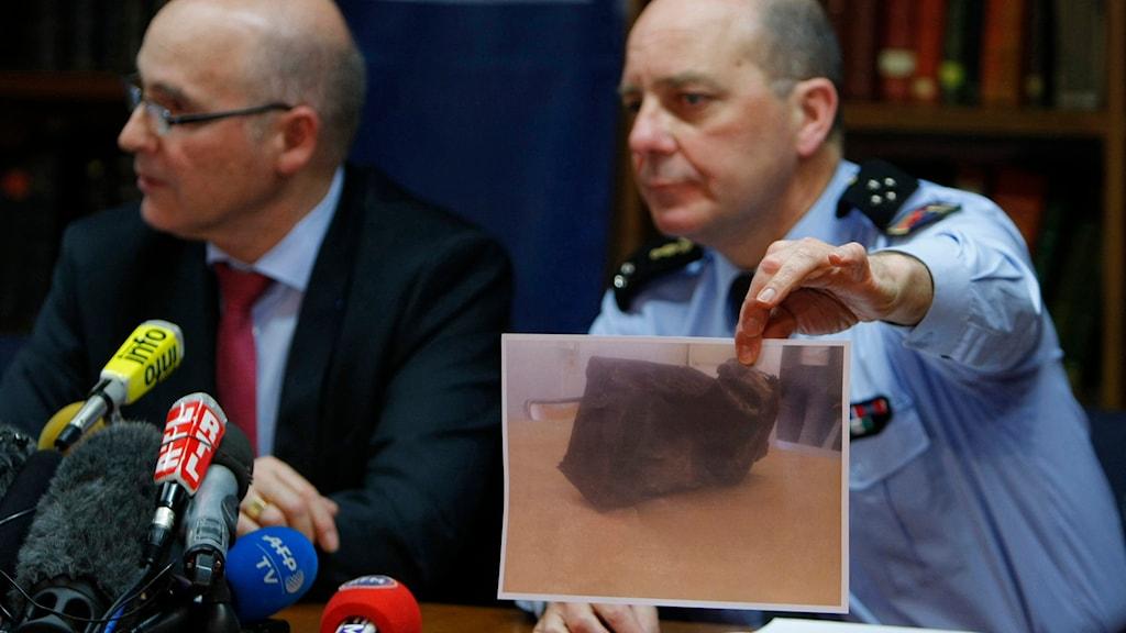 Utredare visar upp bild på flygplanets andra svarta låda. Foto: Claude Paris/AP.