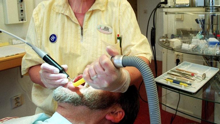 En tandsköterska tillsammans med en patient. Foto: Fredrik Sandberg/TT.
