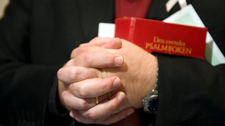 Präst med knäppta händer. Foto: Lars Pehrson/TT.