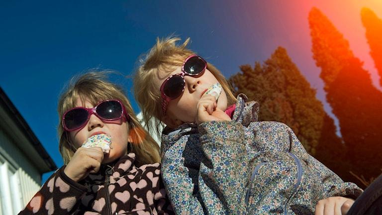 Barn äter glass i solen. Foto: Jonas Ekströmer/TT.
