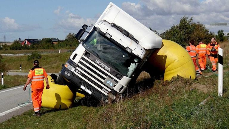 En vält lastbil lyfts upp med luftkuddar. Foto: Johan Nilsson/TT.