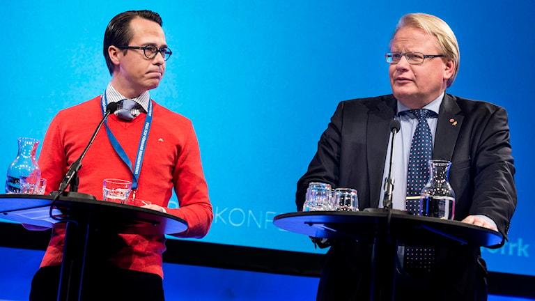 Finlands försvarminister till vänster och Sveriges försvarsminister till höger.