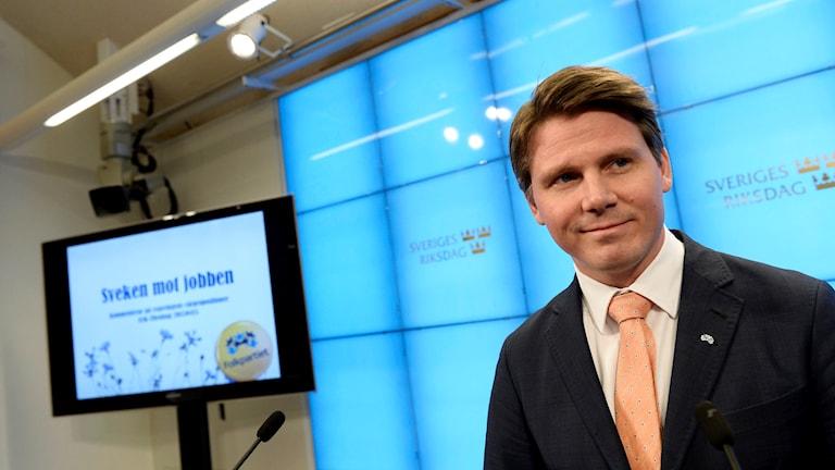 Erik Ullenhag, ekonomisk-politisk talesperson (FP), kommenterar regeringens vårbudget under en pressträff i Rosenbad. Foto: Pontus Lundahl/TT.