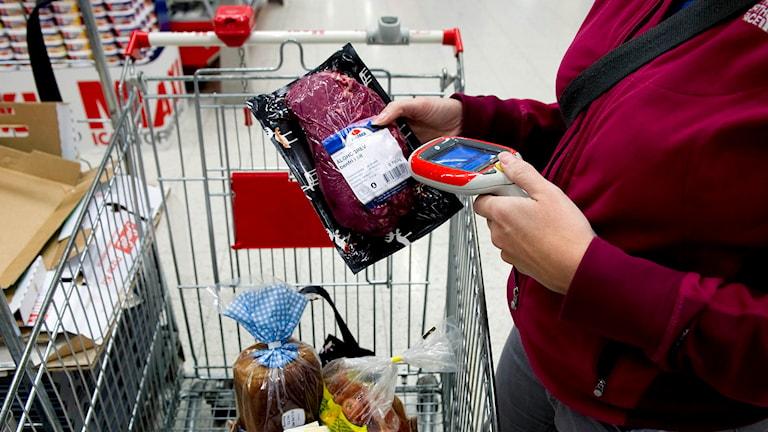 Självscanning i en matvaruaffär med en bärbar scanner. Foto: Pontus Lundahl/TT.