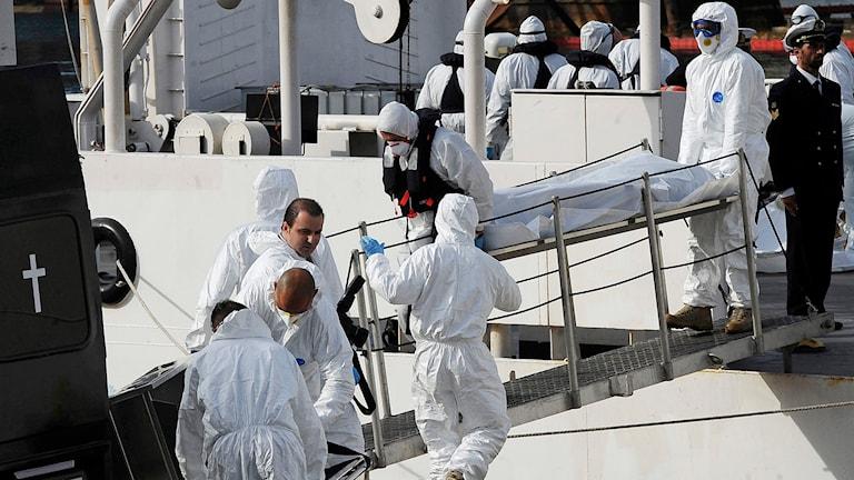 Kroppar anländer till hamnen i Valletta på Malta på tisdagen. Foto: Lino Azzopardi/AP.