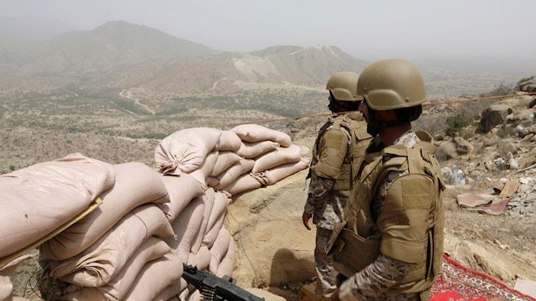 Saudiska soldater vid gränsen till Jemen. Foto: Hasan Jamali/TT