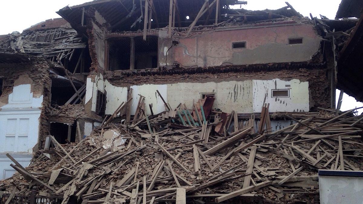 En skadad byggnad i Katmandu efter det kraftiga jordskalvet. Foto: TT.