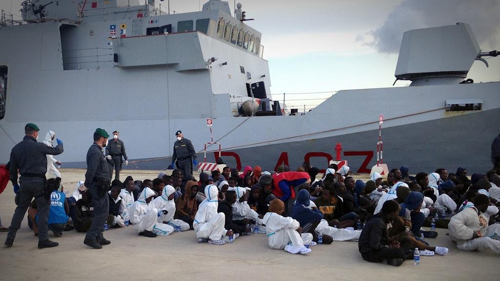 Italienskt räddningsfartyg kommer till hamnen Augusta på Sicilien med 334 flyktingar ombord. Foto Jan Andersson/Sveriges Radio.