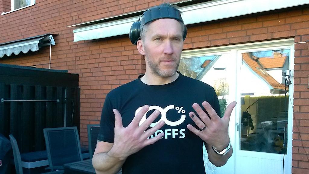 Mattias Edholm använder flera vibrerande verktyg i jobbet. Vid kyla och fukt blir hans fingrar vita och domnar bort. Foto: Sara Heyman/Sveriges Radio.