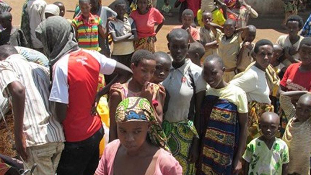 Flyktingar från Burundi köar vid vattenpumpen. Foto: Richard Myrenberg/Sveriges Radio.