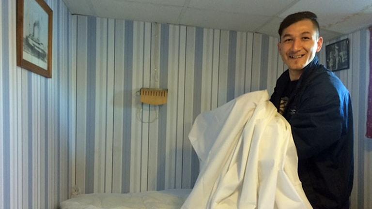 Khalil Rezai har fast jobb som städare på ett hotell i Stockholm. Foto: Anna-Karin Sivberg/Sveriges Radio