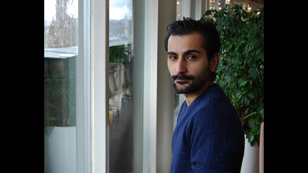 Moderaten Hanif Bali står vid ett fönster i riksdagshuset i Stockholm