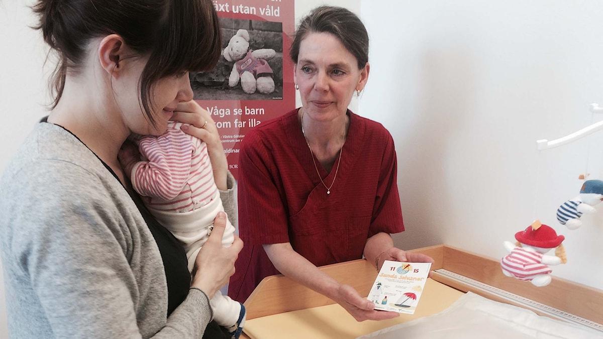 BVC-sjuksköterskan Lena Franzén i Göteborg informerar Helena Adamik om sunda solvanor. Foto: Carina Holmberg/ Sveriges Radio.