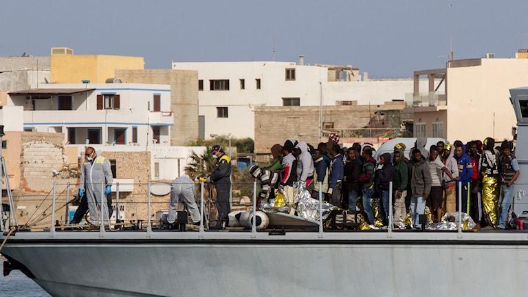 Migranter anländer till Lampedusas hamn på lördagen. Italien och Frankrike lyckades ta om hand upp emot 1 400 migranter under dagen.