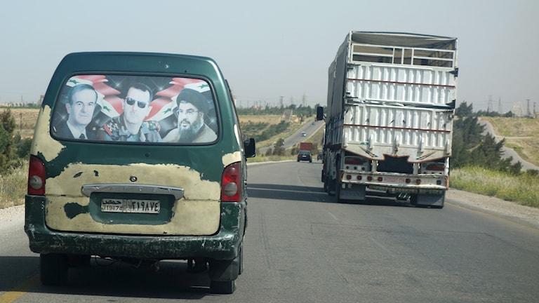 Dekaler till stöd för Assad och Hizbollah. Foto: Katja Magnusson/Sveriges Radio.