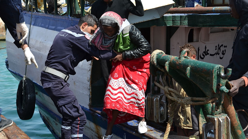 Flyktingar anländer till hamnen i Zarzis. Fethi Nasri/AFP.