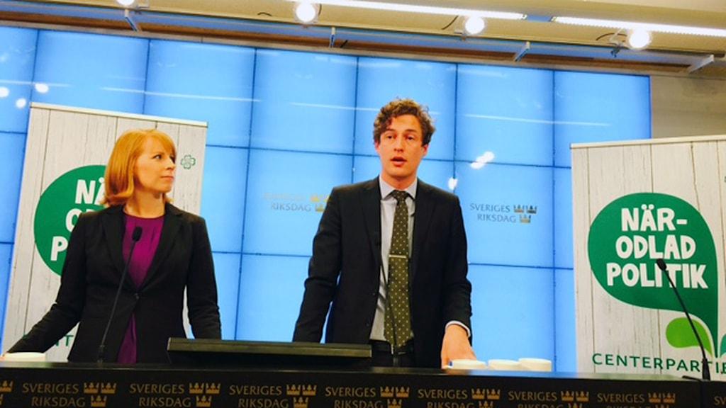 Annie Lööf och ekonomisk politiske talespersonen Emil Källström presenterar centerns budgetalternativ. Foto: Tomas Ramberg/Sveriges Radio.