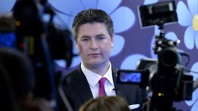 Oscar Sjöstedt SD:s ekonomisk-politisk talesperson presenterar Sverigedemokraternas vårbudgetmotion vid en pressträff på riksdagens presscenter. Foto: Janerik Henriksson / TT