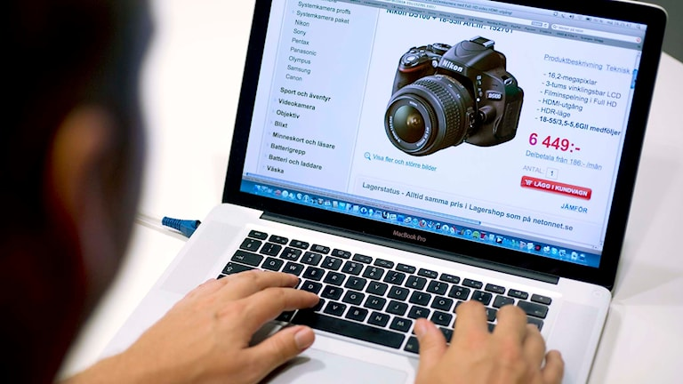 En peson sitter vid en dator och handlar via nätet. Foto: Claudio Bresciani/TT.