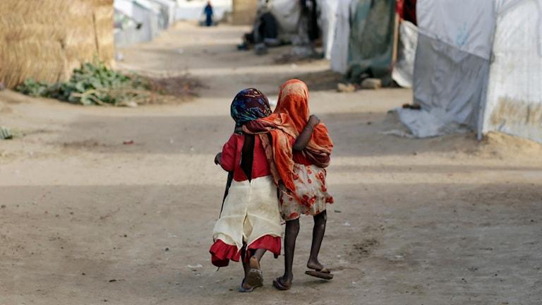 Två barn mellan byggnaderna i ett flyktingläger. Foto: Jerome Delay/TT.