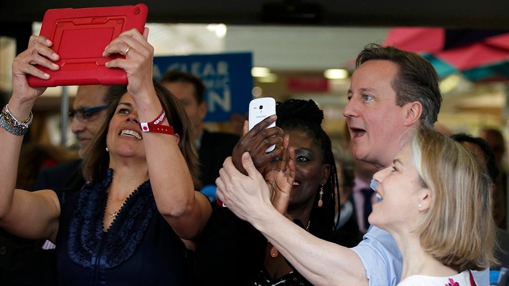 David Cameron valkampanjar i Storbritannien. Foto: Peter Nicholls/AP.