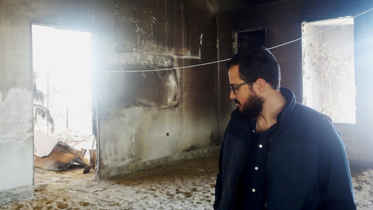 En av kyrkorna i Kessab har bränts, prästen Gerard Ghazarian besöker kyrkan. Foto: Katja Magnusson/Sveriges Radio