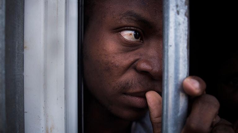 En illegal flykting från Nigeria i en bur i ett fångläger för illegala migranter i Libyen. Arkivfoto: Manu Brabo/TT.