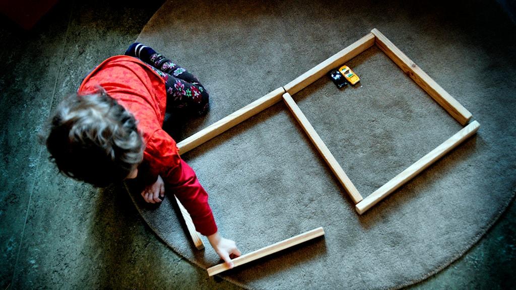 Barn leker med träleksak på dagis. Foto: Jurek Holzer/TT.