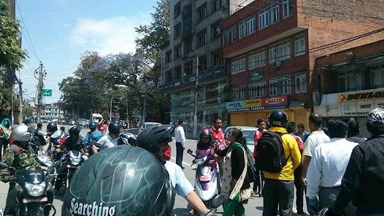 Människor flydde byggnader när det andra skalvet kändes i huvudstaden Katmandu. Foto: Sveriges Radio