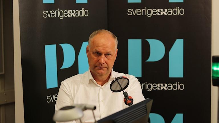 Vänsterpartiets partileSerokê Partiya Çep Jonas Sjöstedt li Radyoya Swêdê.dare Jonas Sjöstedt i Radiohuset.