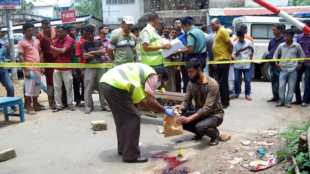 Polis säkrar bevis på platsen där Ananta Bijoy Dash mördades på tisdagen. Foto: AFP