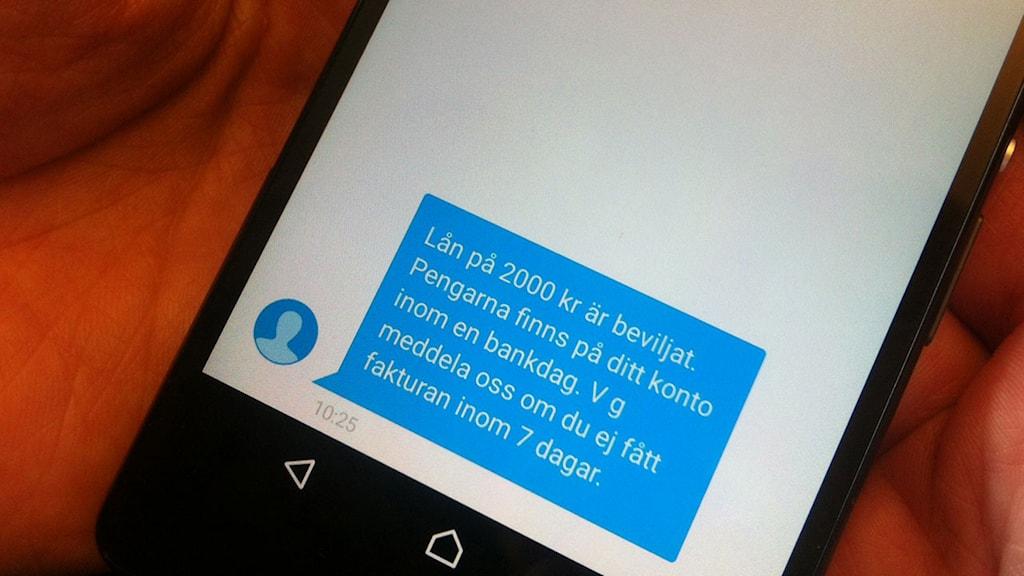 Linnea fick två lån på vardera 2000 kronor beviljade trots att hon inte har råd att betala tillbaka. Foto: Mikael Sjödell/Sveriges Radio