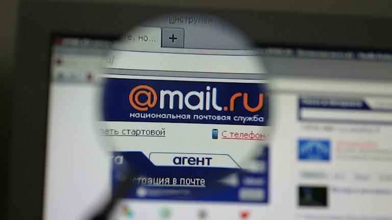 Webbsidan mail.ru sedd genom ett förstoringsglas.