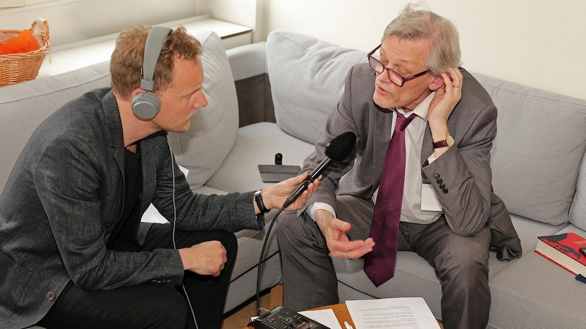 Bo-Göran Bodin intervjuar Göran Lambertz. Foto: Viktor Mattsson/Sveriges Radio.
